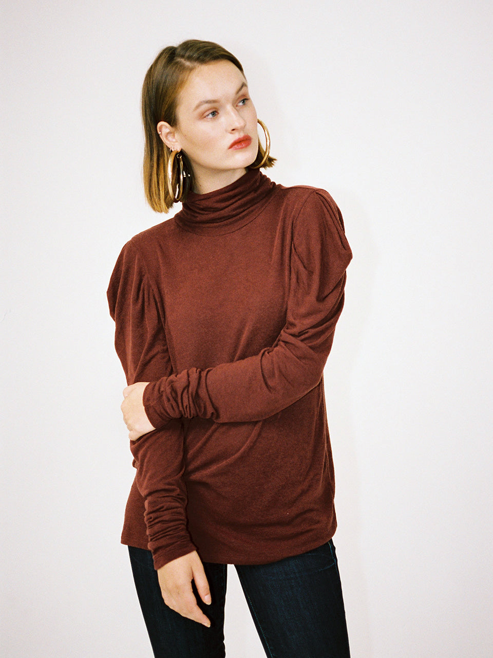 DEMI SHIRRING TURTLENECK_BRICK