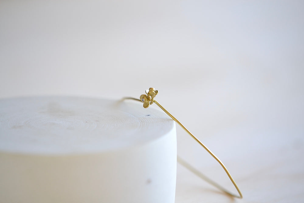 Load image into Gallery viewer, Black Barc by Mizuki Tsurutaka Tanoki Bracelet in 18k yellow gold with petal flowers and diamonds hooks closed
