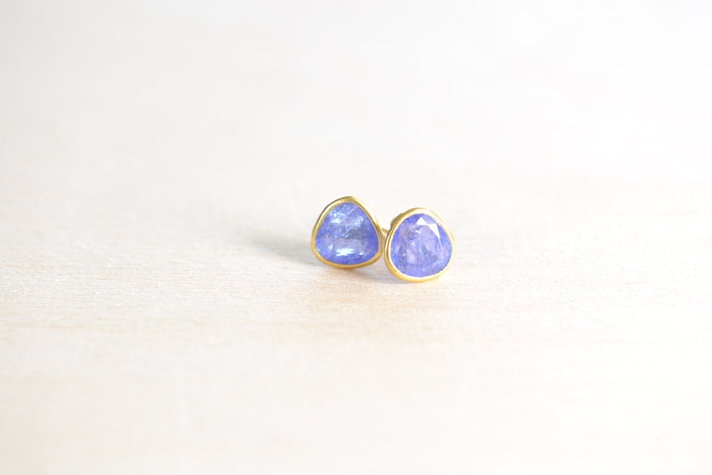 Load image into Gallery viewer, Pippa Small Tanzanite Classic stud studs earrings 18k Yellow Gold