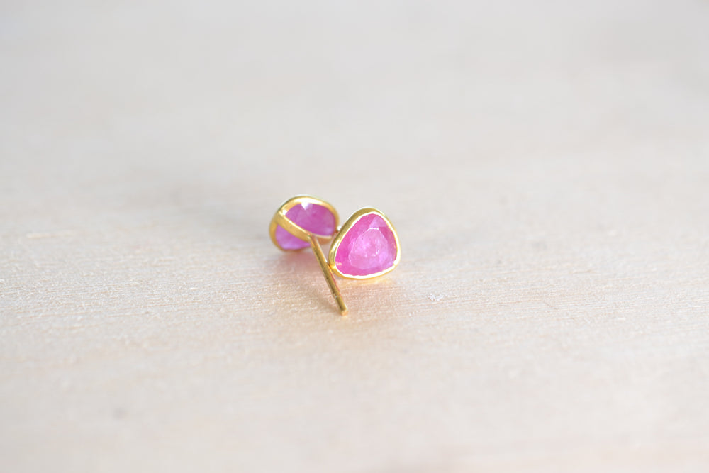 Load image into Gallery viewer, Pippa Small Rosy Dawn Classic Stud studs earrings Ruby 18k Yellow Gold