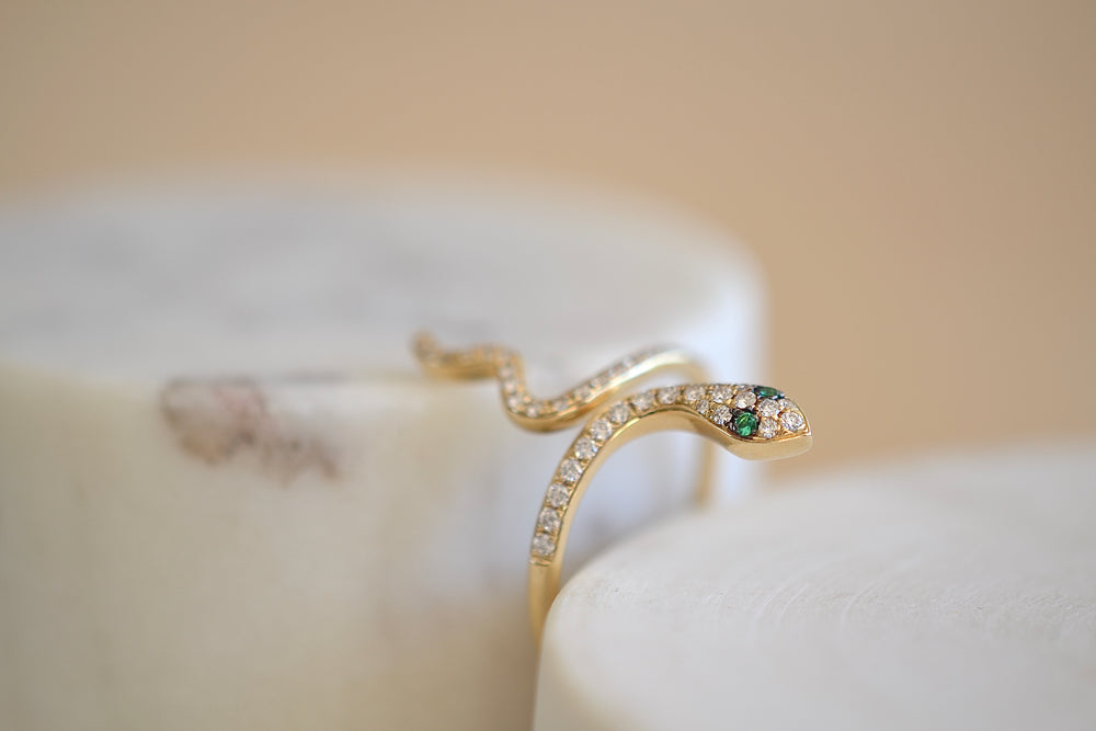 Load image into Gallery viewer, OK Medium Snake Pavé Pave Ring White Diamond 14k yellow gold Emerald green eyes
