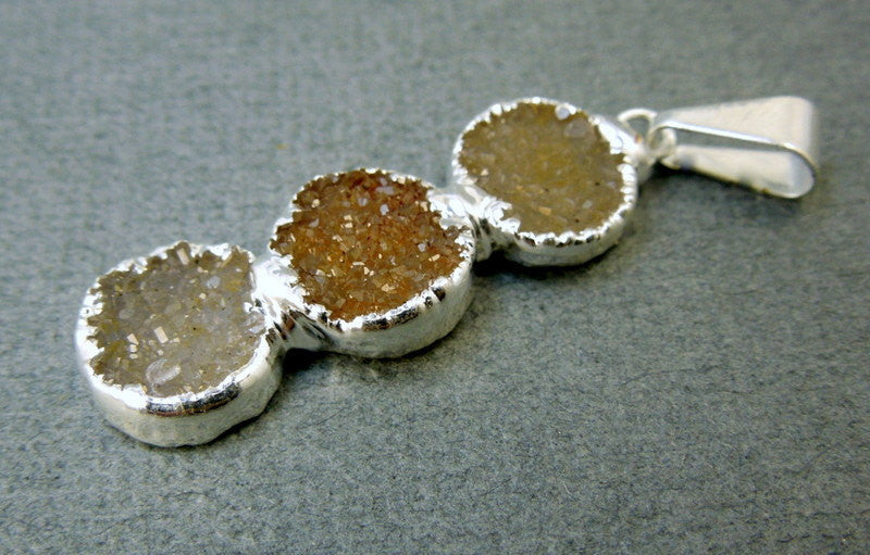 Druzy Quartz Gemstones Pendant with Sterling Silver Electroplated Edge (S11B6-06)
