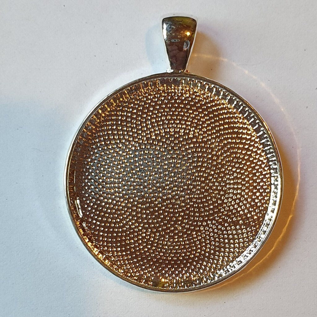 Silver plated pendant round 3cm
