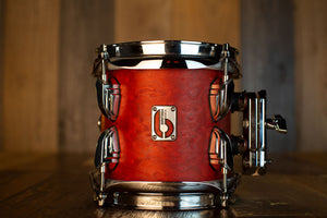 BRITISH DRUM COMPANY 6 X 6 LEGEND SERIES TOM, BUCKINGHAM SCARLETT (TOM HOLDER INCLUDED)