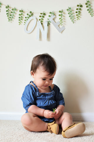 modern minimalist first birthday photo session with banner by sweet chubby cheeks