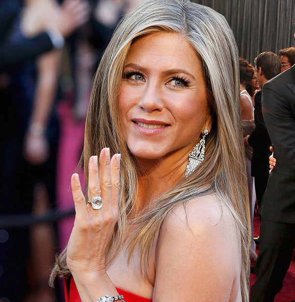 Jennifer Aniston teaching us how jewellery mixing is done best.