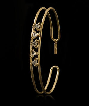 <strong>1.14 ct.</strong> Natural Triangle Whitish Rough diamonds in 14K gold bangle (7.5 gr.)