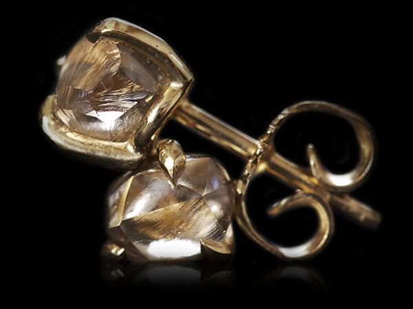 <strong>2.08 ct.</strong> Natural Brown Rough diamonds in glossy 14K gold earrings