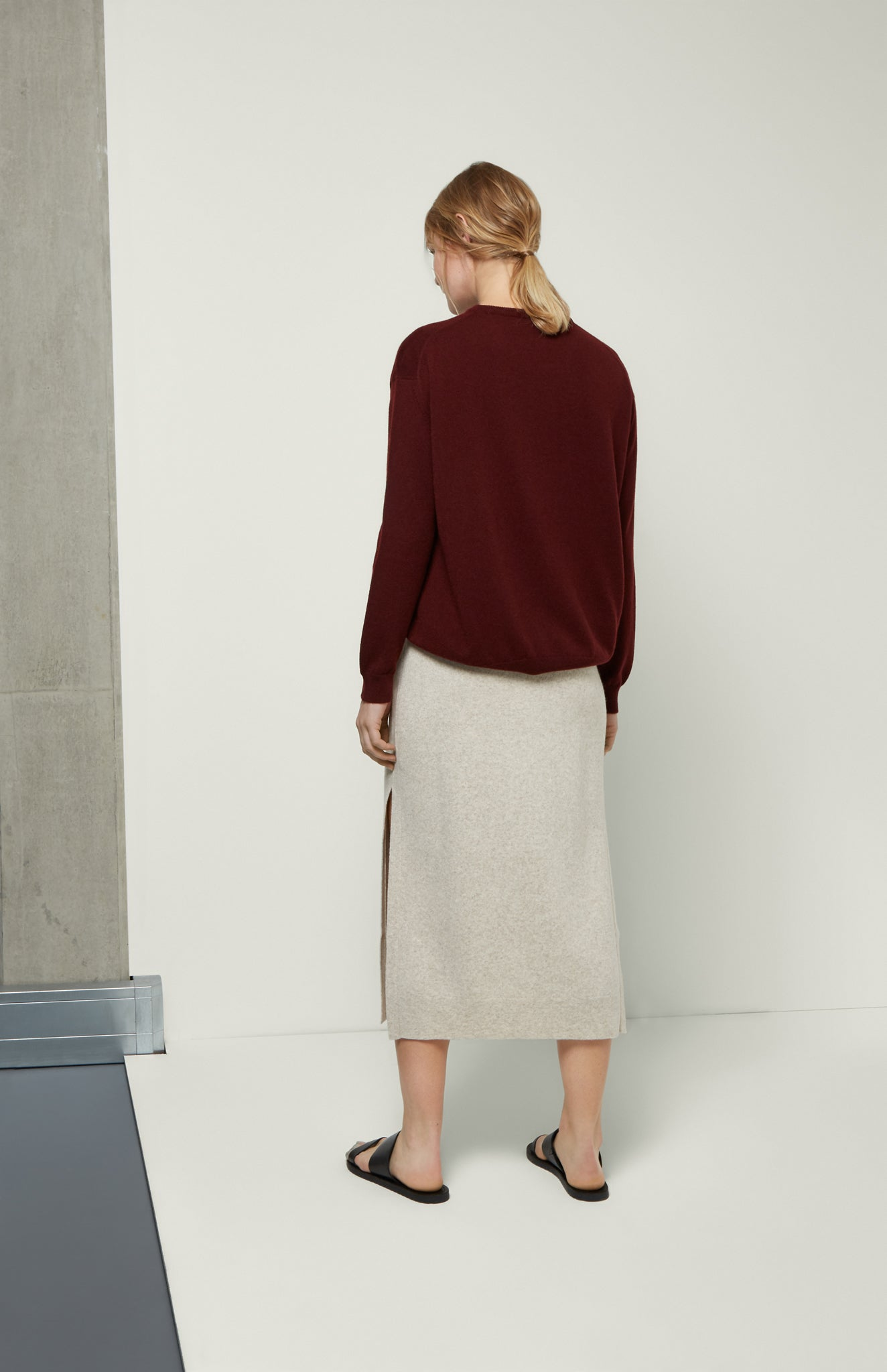 Round Neck Cashmere Jumper In Burgundy