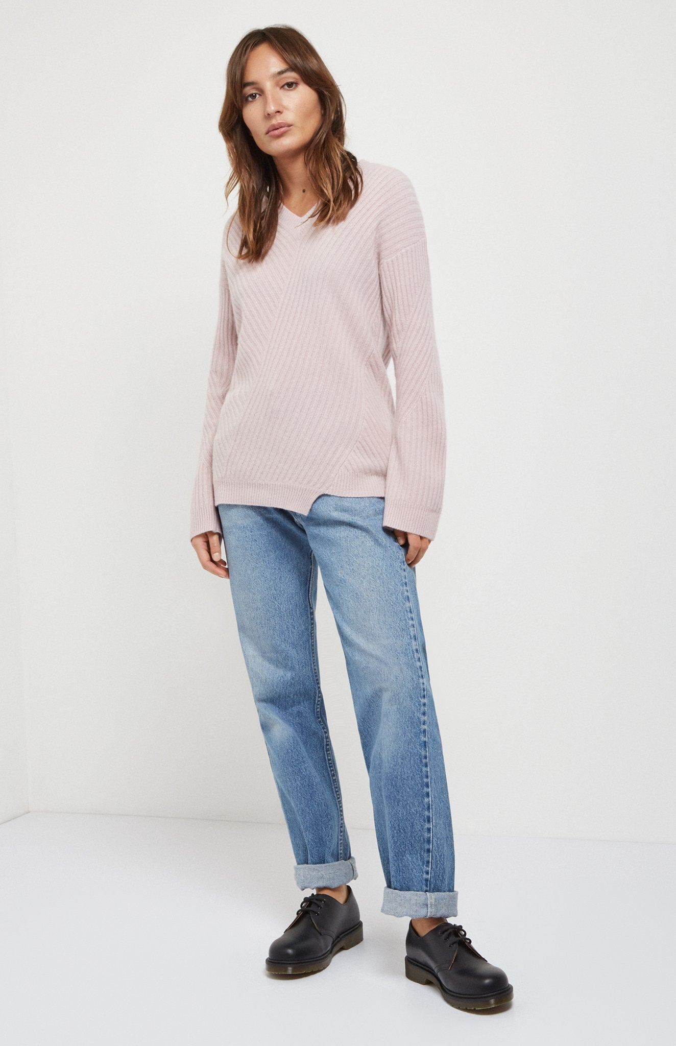 Travelling Rib V Neck Jumper In Powder Pink