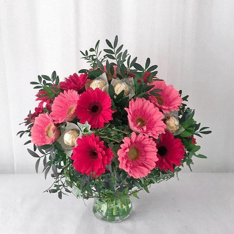 Daisy Mix Ferrero in Vase Arrangement (Melaka Delivery Only)