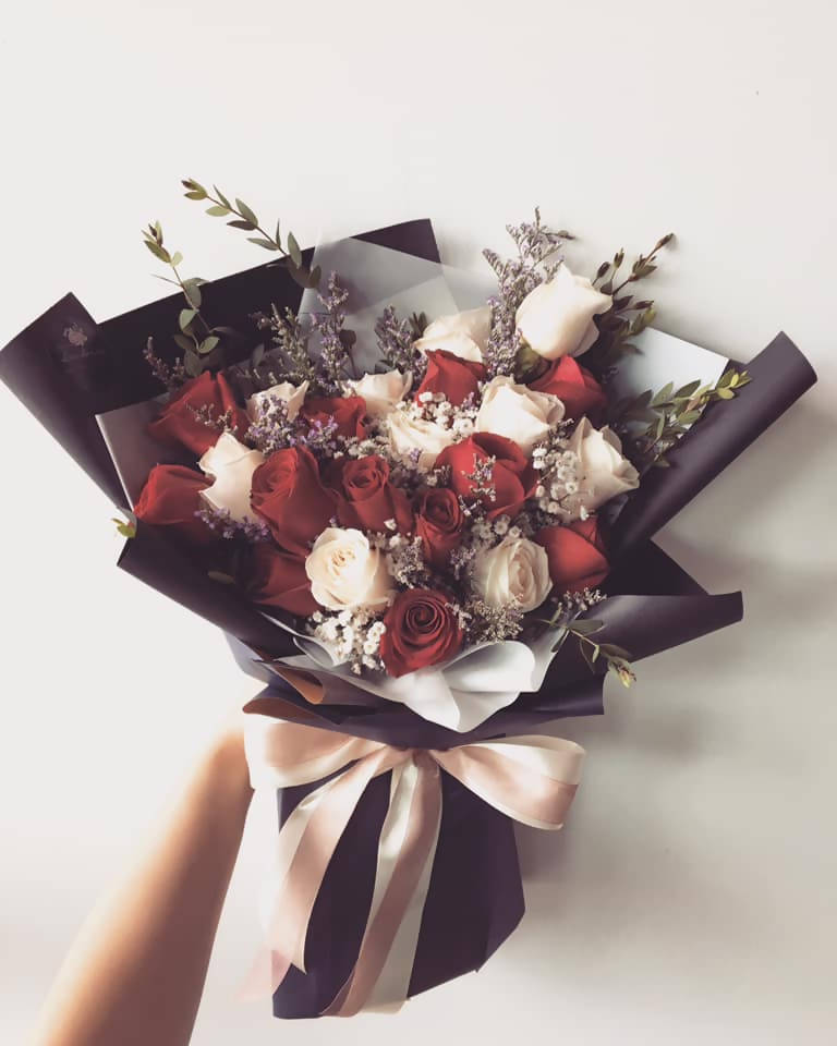 20 Stalks Of Mix Red Roses And White Roses Bouquet Kota Kinabalu Deli Giftr Malaysia S Leading Online Gift Shop