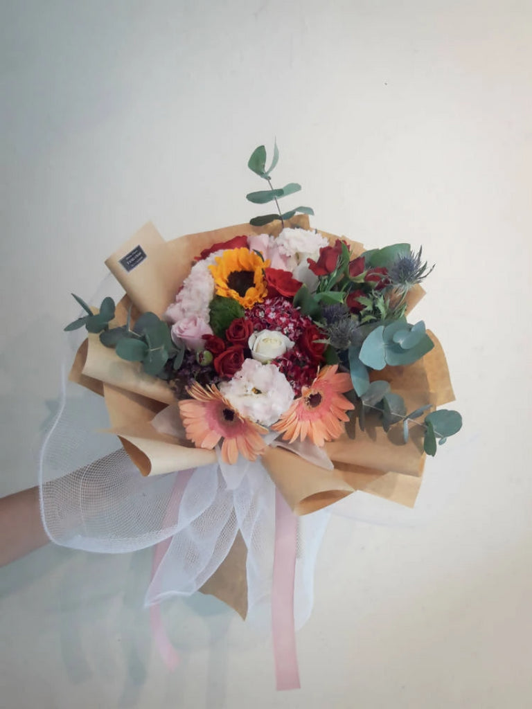 Rose Con Gerbera Con Carta Marrone Flower Bouquet (Johor Bahru Delivery only)