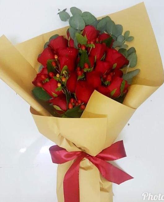 Wonderful in Red (Roses with Berry)