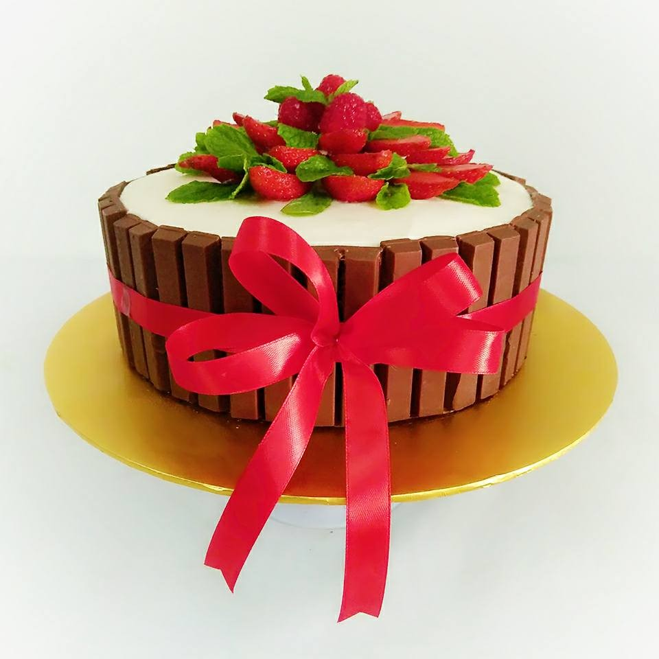 Kitkat and Strawberries Cake