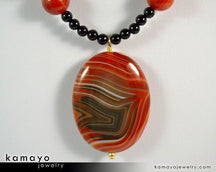 "LEO NECKLACE <span class=""subtitle"">- Large Oval Sardonyx Pendant and Black Onyx Beads </span><span class=""findings"">- 14K Gold Filled Findings </span><span class=""length"">- 20 Inches</span>"