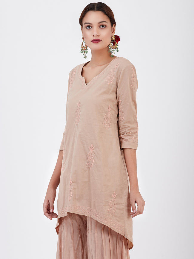 LYLA WOMAN SHORT KURTA WITH CONTRAST CHIKANKARI WORK