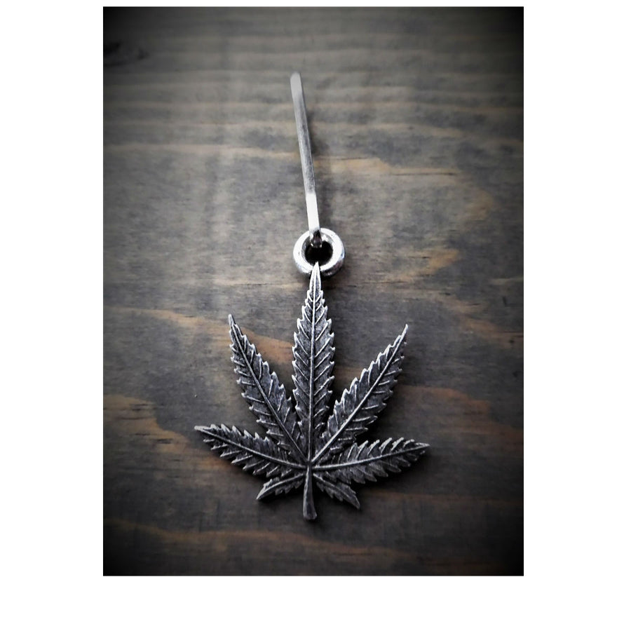 Daniel Smart Bud Leaf Zipper Pull