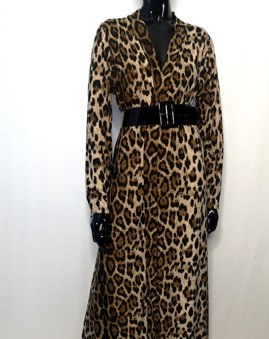 Long cardigan robe with brown leopard pattern, sleek design, black belt at the waist, long sleeve