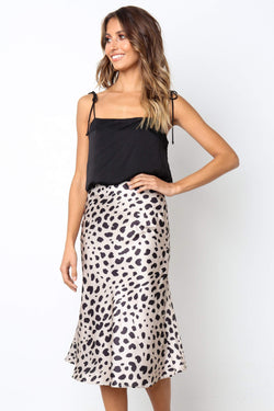 Girl wearing the boho leopard print Sidney High-Waist Skirt and a black top,