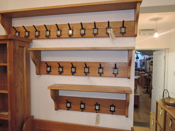 VANCOUVER PETITE SOLID OAK SHELF WITH 4 NUMBERED COAT HOOKS NB193