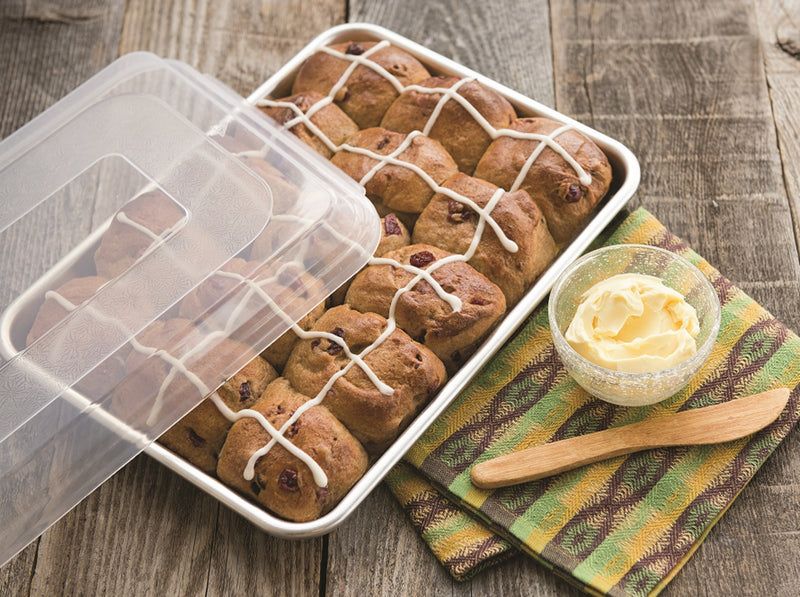 Nordic Ware Naturals Aluminum Commercial Baker's Quarter Sheet with Lid_with buns