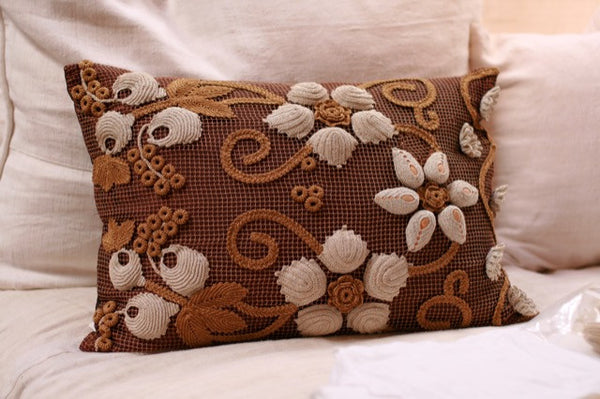 Pandora de Balthazár Antique raised flower linen decorative pillow cover.