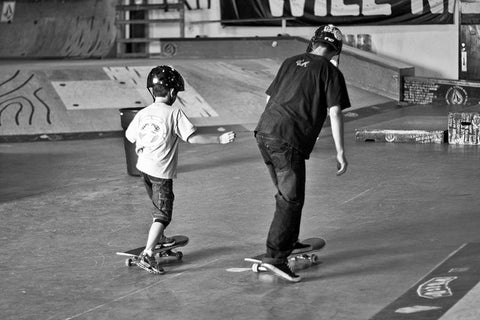 kids learning to skateboard