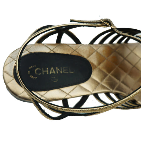 CHANEL 2016 CAMELLIA CC THONG LEATHER SANDALS  Shop online the best value on authentic designer used preowned consignment on Leef Luxury.