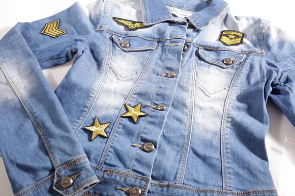 Denim jacket met military patches