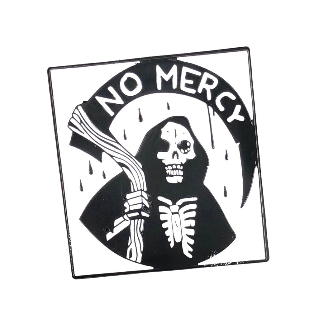 Magere Hein Met No Mercy Tekst Emaille Pin