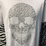Strijk Close-up van de Hot Fix Rhinestone Strass Crystal Doodskop Skull Applicatie op een wit katoenen t-shirt