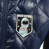 Close-up van een astronaut met helm patch en de tekst space explorer