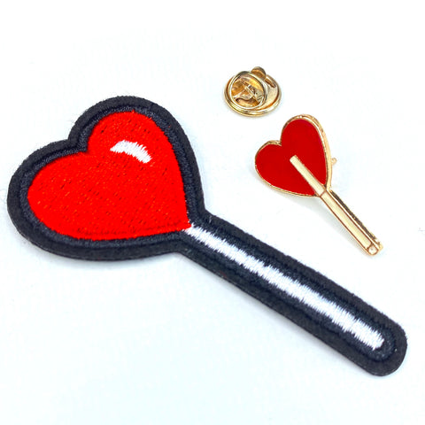 Love On A Stick Lolly Pin En Strijk Patch Set bestaande uit een pin en patch van een lolly met een rood hartje