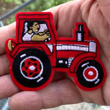 close up van een Rode Tractor Strijk Embleem Patch