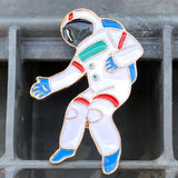 Close-up van een Astronaut In Space Emaille Pin