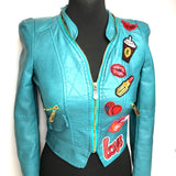 De Delicious kisses patch set op een turquoise kort dames jasje