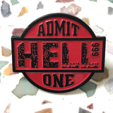 Close-Up van een Rode Admit Hell 999 One Tekst Emaille Pin