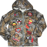 Broodje Hotdog Strijk Patch samen met ander patches van de get ready for the weekend patch set op een camouflage regenjasje