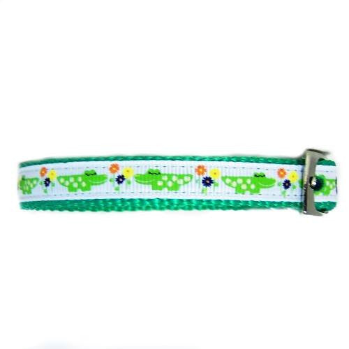 Smiling alligator printed pet collar side view.