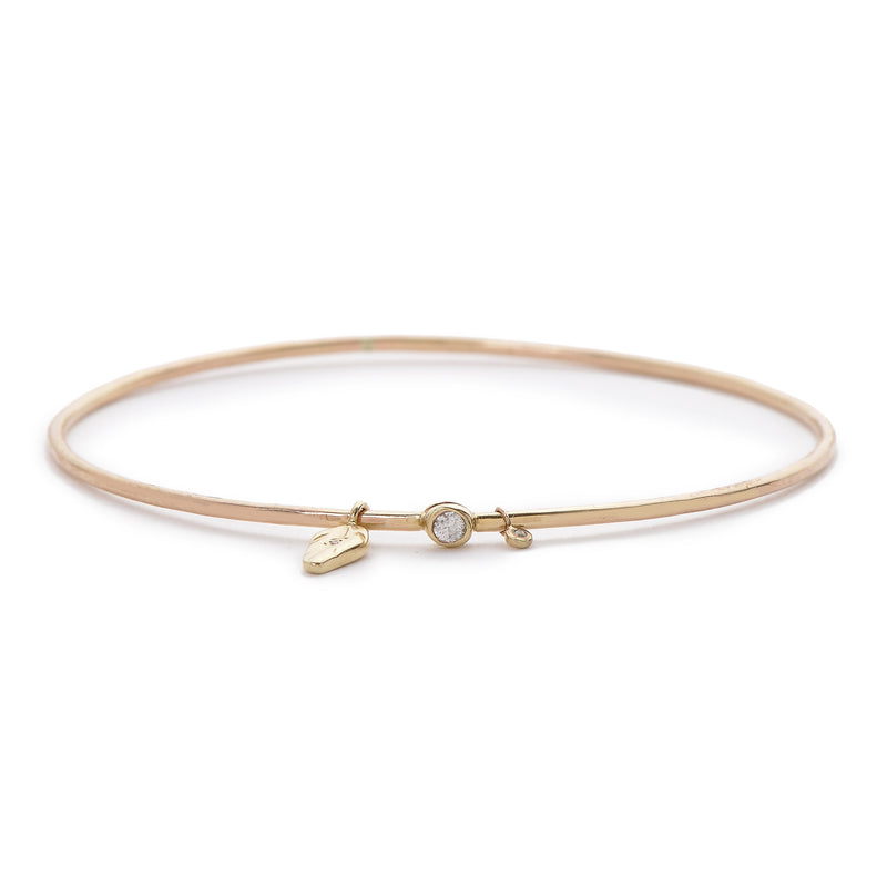A TINY FEATHER BANGLE IN GOLD