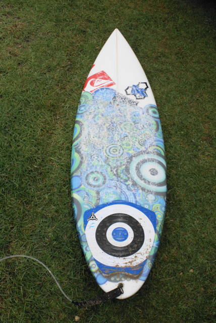 Kelly's  board choice in every heat from Bells Bowl to Winki to Joahana was a 5-9 183/8 21/4 rp whip , ridden as a tri fin with his  fcs K.3 fin set up. Board Art work was done by Rosie Young and imprinted on the fiberglass.