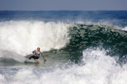 Kelly Slater wins his opening round 1 heat in France
