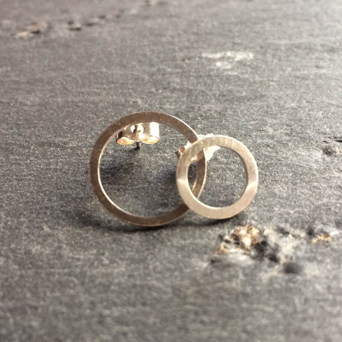 Mismatched circle stud earrings