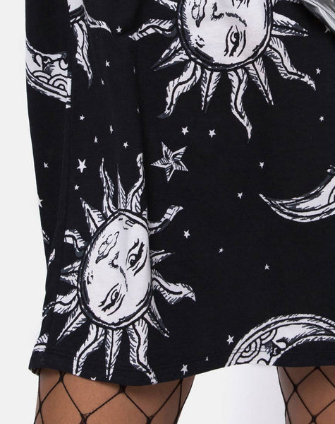 Sunny Kiss Tee in Oversize Sun Moon and Stars by Motel