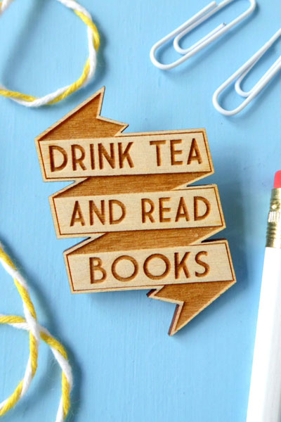 "Wooden Brooch with the Quote ""Drink Tea and Read Books"""