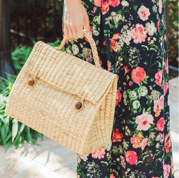 Casual style with triangle straw bag