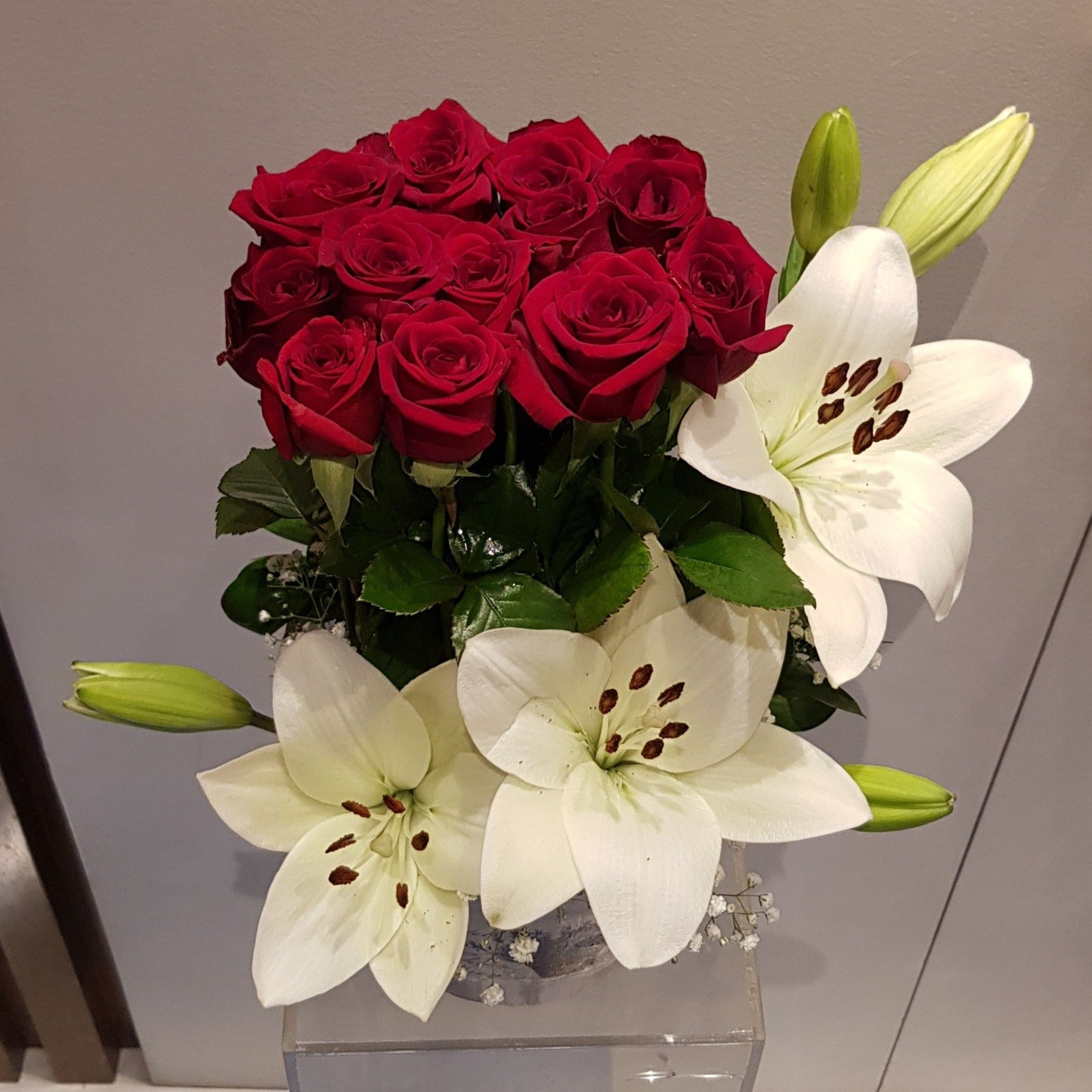 Roses and Lily white box Flowerssend_delivery_Amman_Jordan