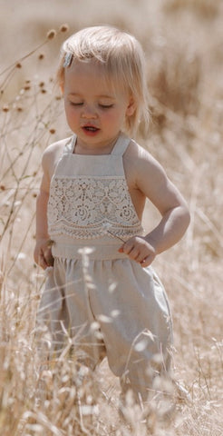 Linen and lace romper. Natural.