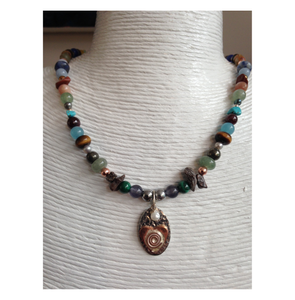 Pendant necklace with stones.